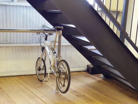 素敵なインテリア:ブラックの階段、自転車をかけられるバー